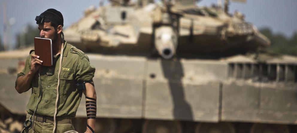 Foto: Un soldado israelí rezando delante de un tanque (Reuters)