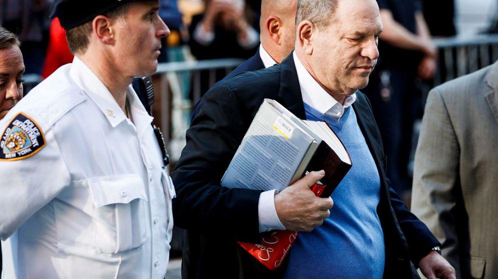 Foto: Harvey Weinstein se entrega en una comisaría de Nueva York.