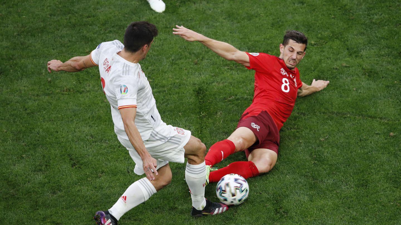 La roja de Freuler, con los dos pies por delante. (Reuters)