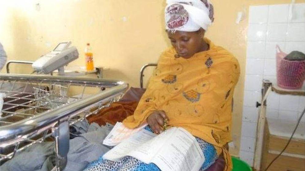 Foto: Almaz, sentada tras dar a luz y realizando uno de los tres exámenes (Foto: Comunicación Ilu Abba Bor Zone)