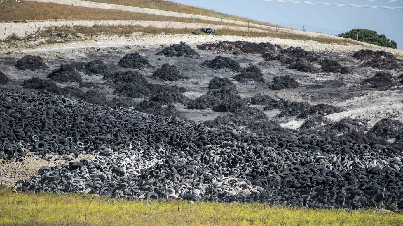 Vista de las ruedas que no ardieron en el vertedero, alrededor de 9.700 toneladas. (EFE)