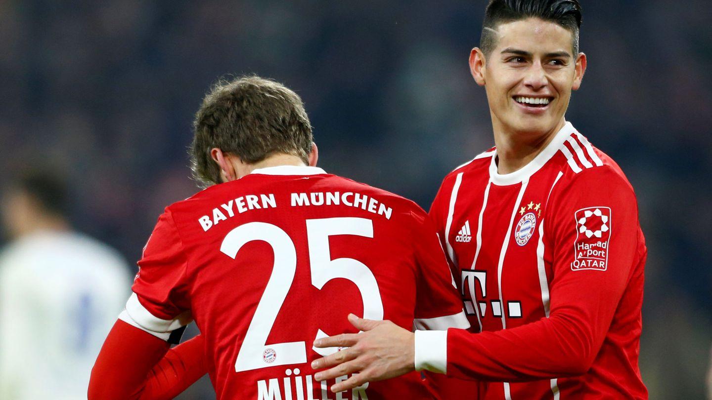 James, junto a Müller, en una imagen sonriente después de marcar un gol con el Bayern. (EFE)