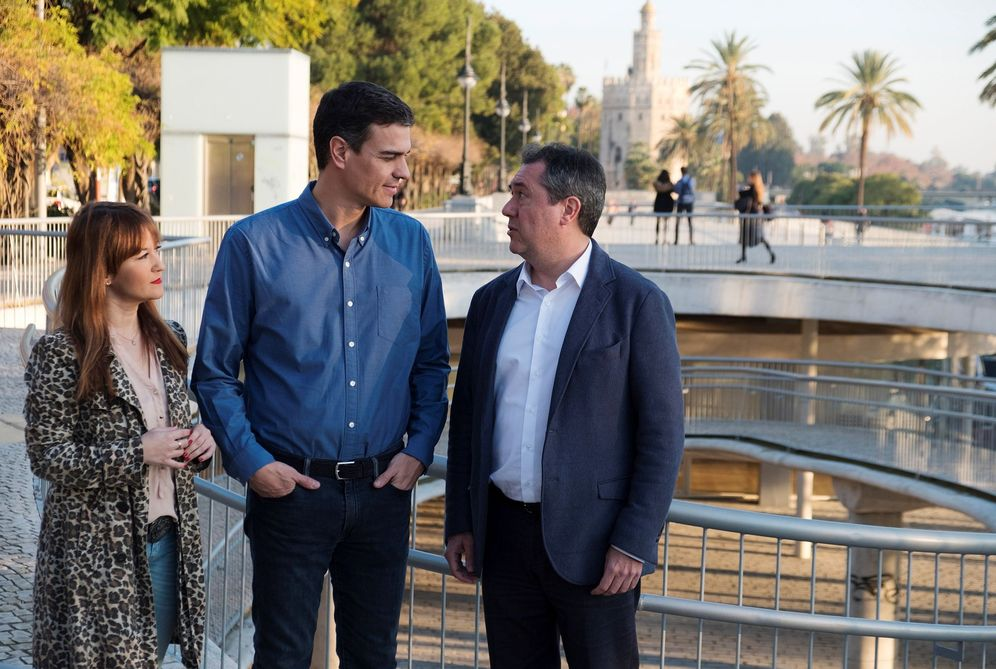 Foto: Pedro Sánchez, con Verónica Pérez y Juan Espadas, secretaria provincial del PSOE sevillano y alcalde de la capital andaluza, el pasado 23 de enero en Sevilla. (EFE)