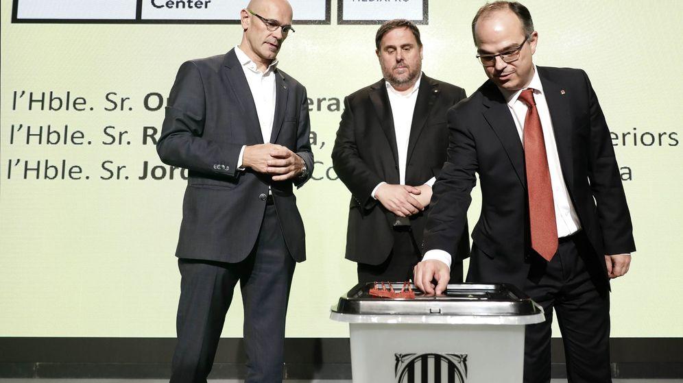 Foto: El exvicepresidente de la Generalitat Oriol Junqueras (c) y los 'exconsellers' Jordi Turull (d) y Raül Romeva exhiben la urna del referéndum del 1-O. (EFE)