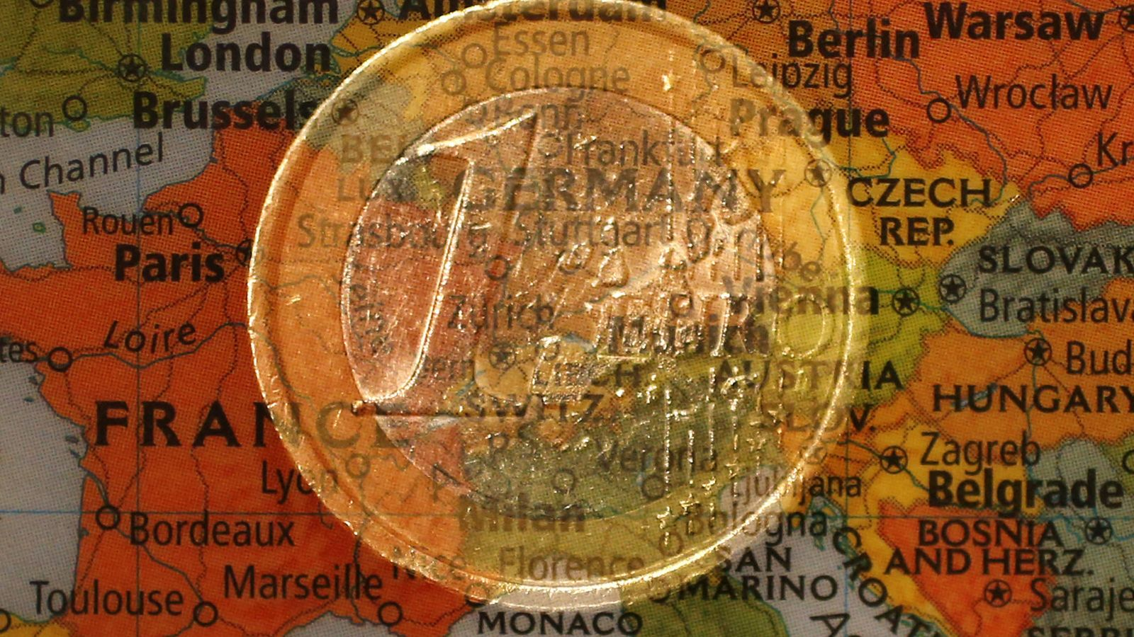 Foto: Una moneda de euro sobre un mapa de Europa. (Reuters)