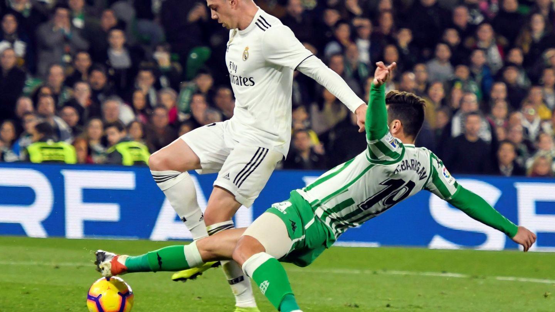 Fede Valverde pelea un balón. (EFE)