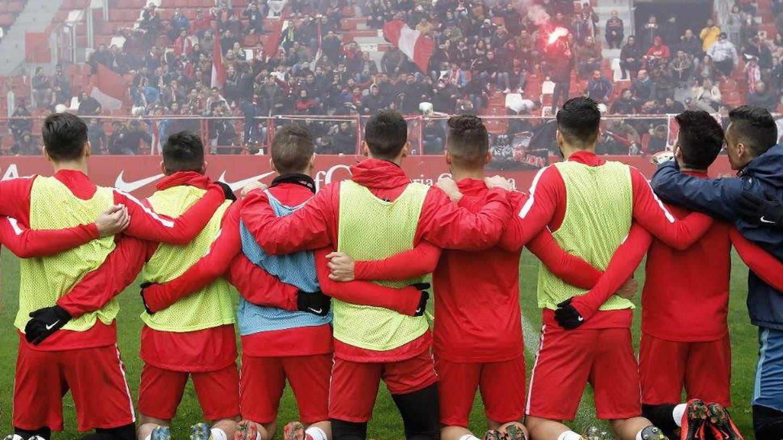 Los jugadores del Sporting, arrodillados frente a la grada de los Ultra Boys en febrero de 2018.