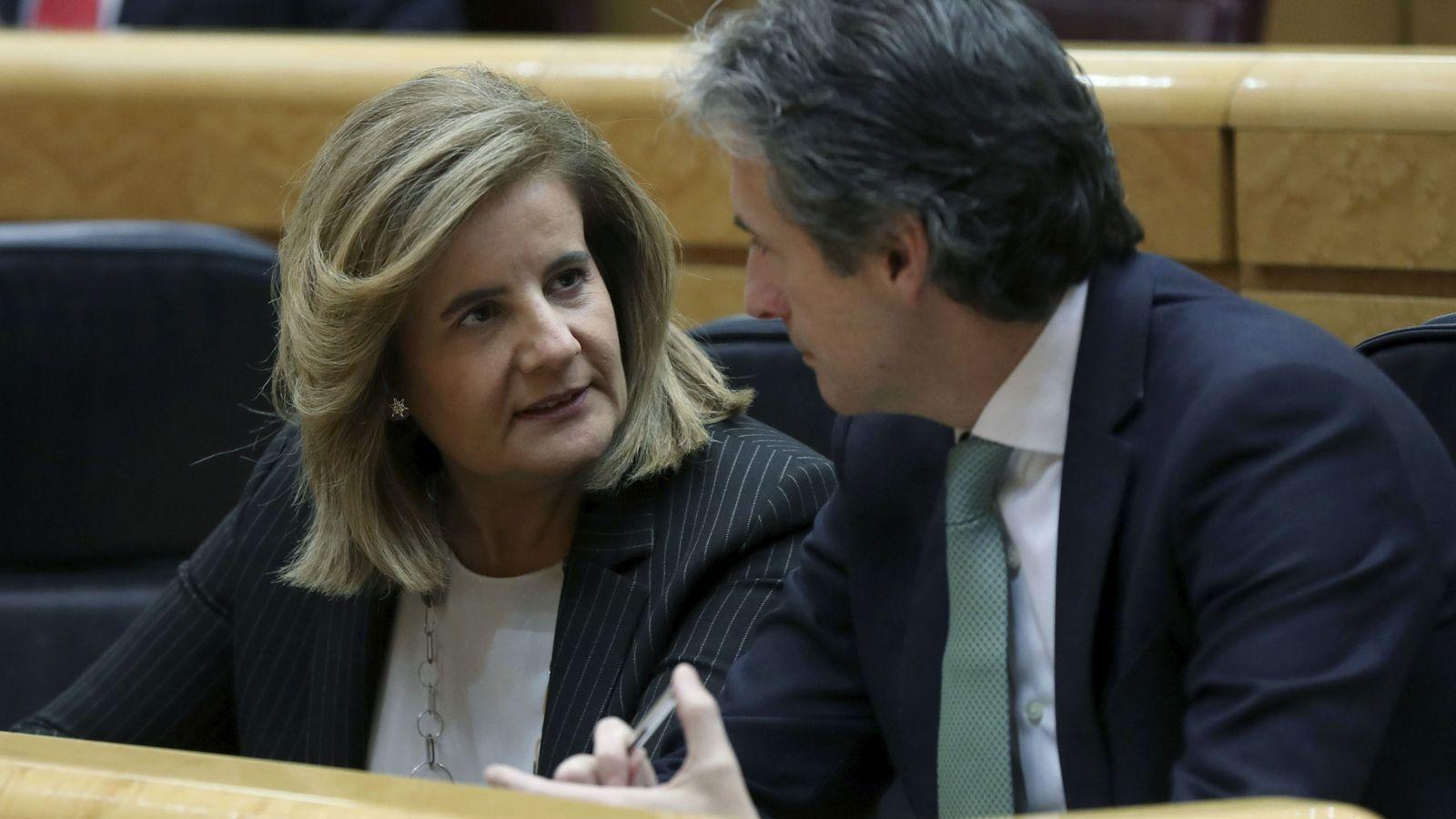 Foto: Los ministros de Empleo, Fátima Báñez (i), y de Fomento, Íñigo de la Serna. (EFE)