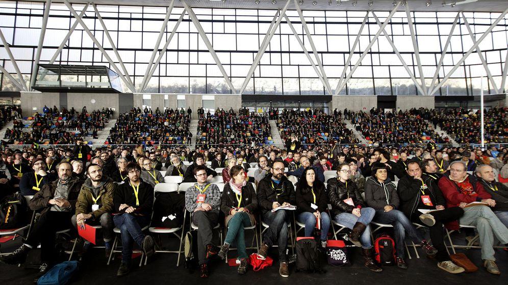 Foto: Diputados y exdiputados de la CUP, en primera fila de la asamblea (Efe)