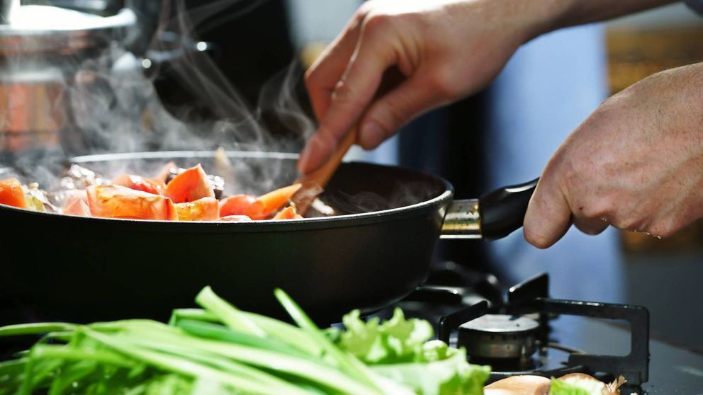 Por qué solo debes usar una cuchara de madera cuando cocinas, según un chef