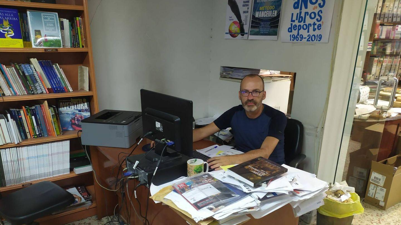 Jorge Sanz, en su mesa de trabajo en la librería. (RLC)