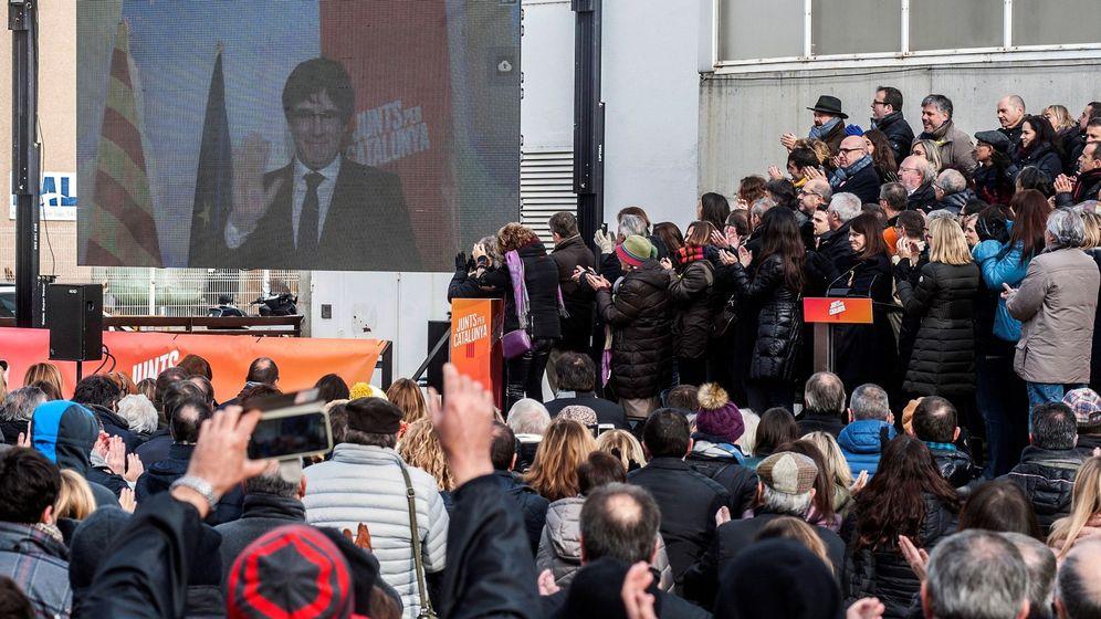 Foto: Vista del acto de Junts per Catalunya donde ha participado por videoconferencia Carles Puigdemont. (EFE)
