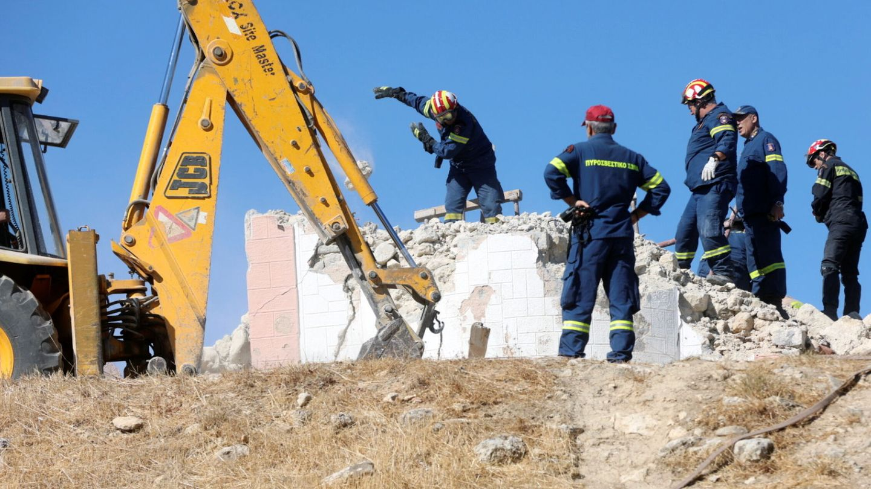 Tareas de rescate de los bomberos en la iglesia de Creta, donde un hombre ha perdido la vida tras el terremoto que ha sacudido la isla esta mañana. (Reuters)