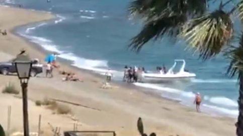 Los narcotraficantes del Estrecho descargan fardos de droga en la playa de Estepona (Málaga)