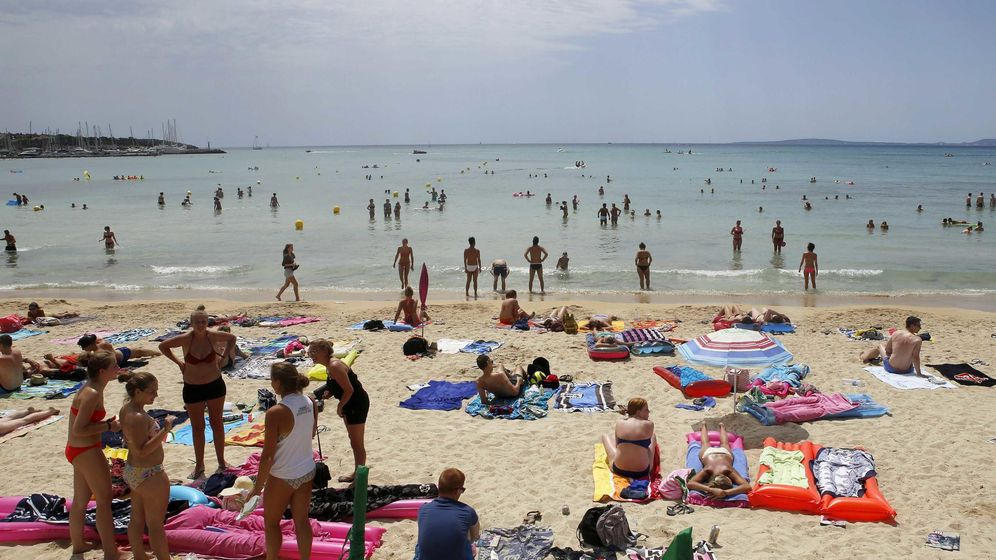 Foto: Turistas en una playa de Mallorca (Reuters)