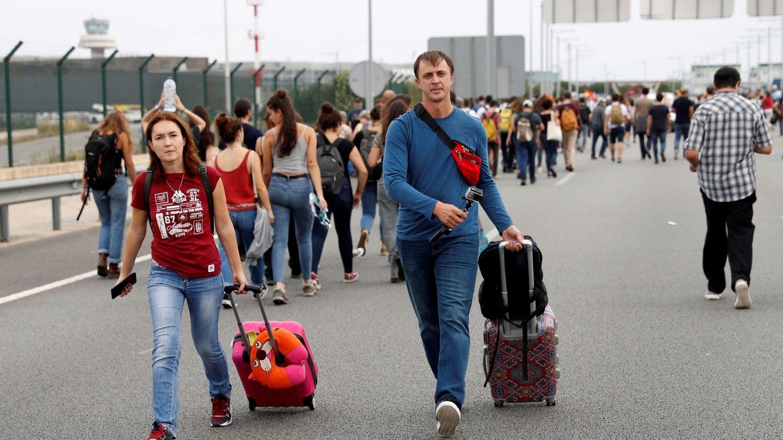 La gente acude con sus maletas a pie al aeropuerto. (EFE)