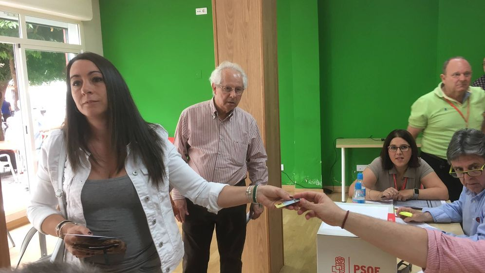 Foto: Laura Díaz Pacheco, la hermana de Susana Díaz, tras no poder votar en la Agrupación de Triana-Los Remedios (Agustín Rivera).