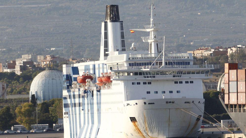 Foto: Barco atracado en el puerto de Tarragona donde se alojan policías y guardias civiles. (EFE)