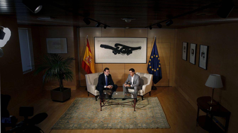 Foto: Mariano Rajoy (i) y Allbert Rivera, durante la reunión que mantuvieron ayer en el Congreso, en el marco de la ronda de reuniones con vistas a intentar la investidura. (EFE)