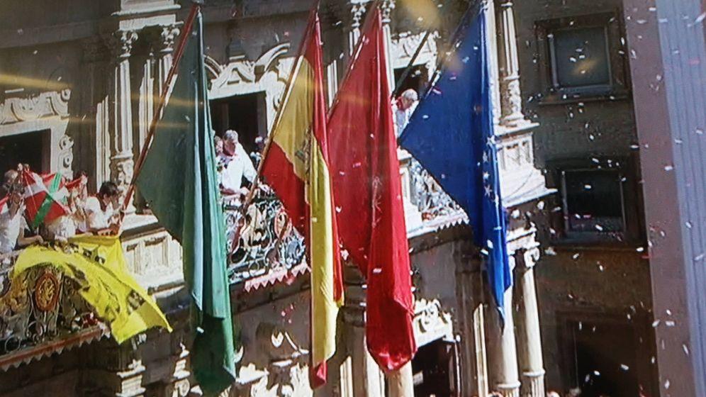 Foto: Imagen del balcón principal sin ikurriña, aunque sí en los balcones adyacentes.