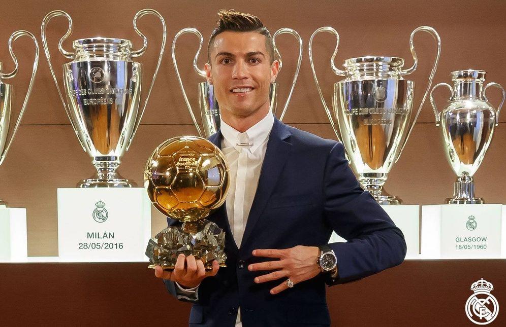 Foto: Cristiano Ronaldo posa con el último Balón de Oro ganado (RealMadrid.com)