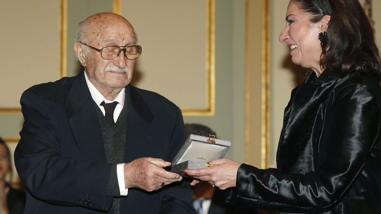 Bernabé Martí, viudo de Montserrat Caballé, recibe la Medalla de Oro de la ciudad de manos de su hija, Montse Martí. (EFE)