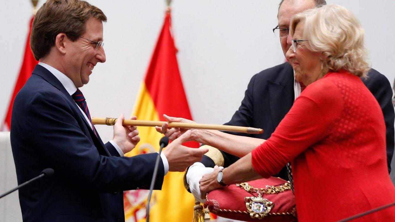Foto: Martínez-Almeida recibe el bastón de mando de Manuela Carmena. (EFE)