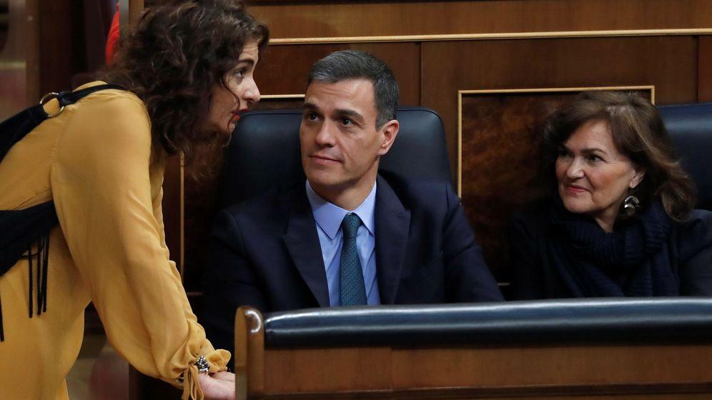 Foto: La ministra de Hacienda, María Jesús Montero (i), conversa con el presidente del Gobierno, Pedro Sánchez, y la vicepresidenta, Carmen Calvo. (EFE)