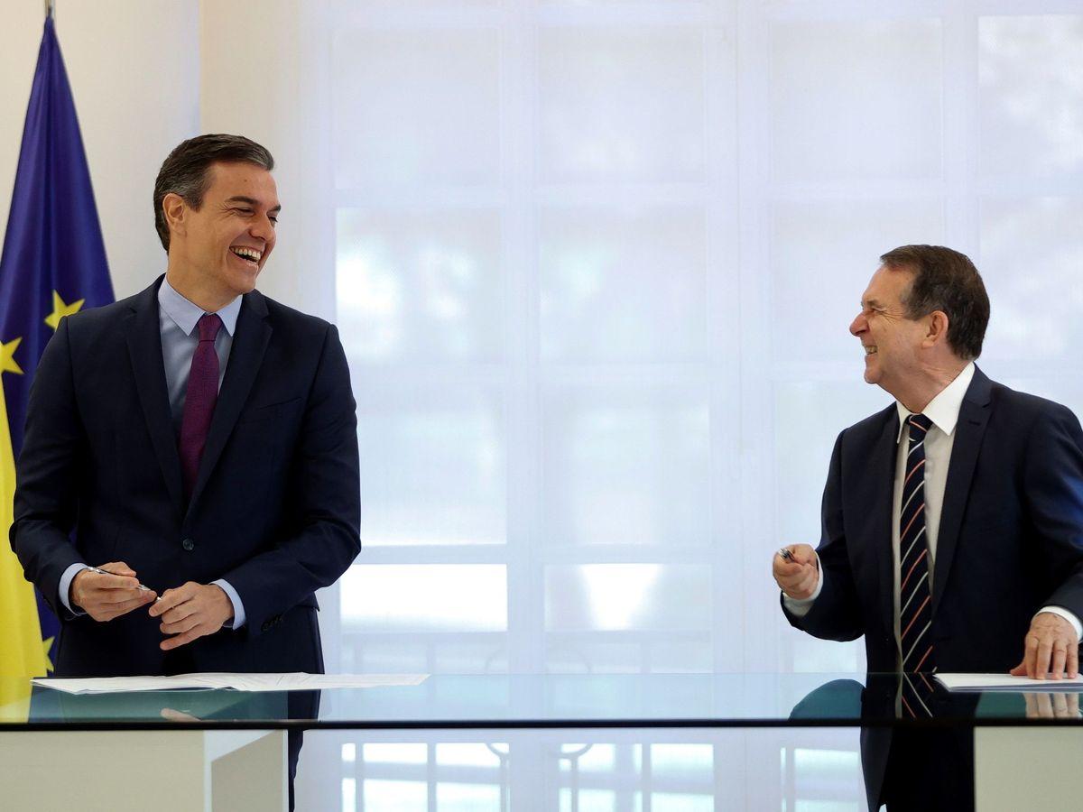 Foto: El presidente del Gobierno, Pedro Sánchez, y el presidente de la FEMP y alcalde socialista, Abel Caballero. (EFE)