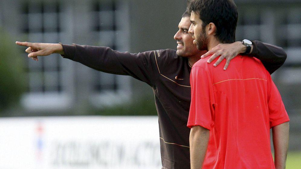 Foto: Guardiola da instrucciones a Oleguer durante el primer entrenamiento que Pep realizó con el Barça, en St. Andrews (Efe)