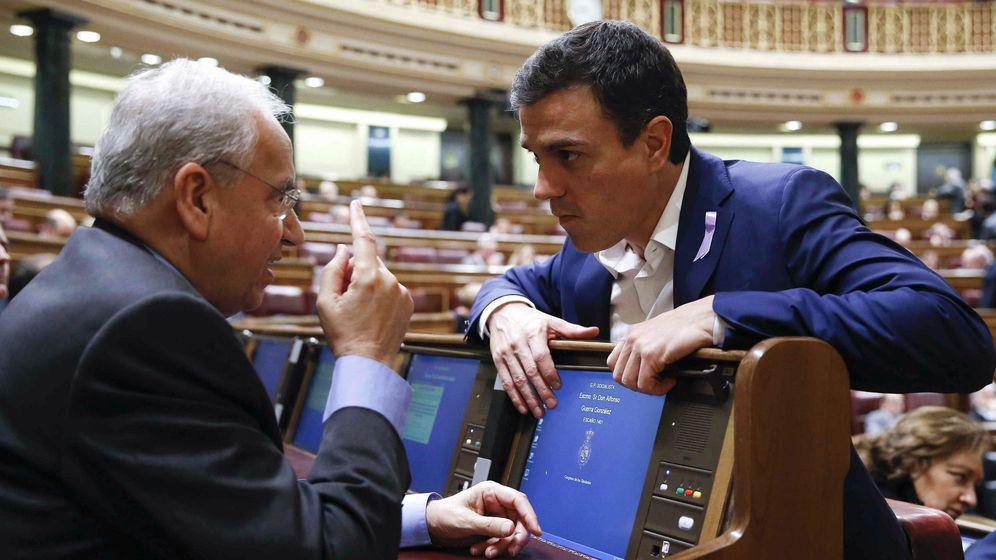 Foto: El secretario general del PSOE, Pedro Sánchez, junto a Alfonso Guerra, en su última etapa como diputado en el Congreso. (EFE)