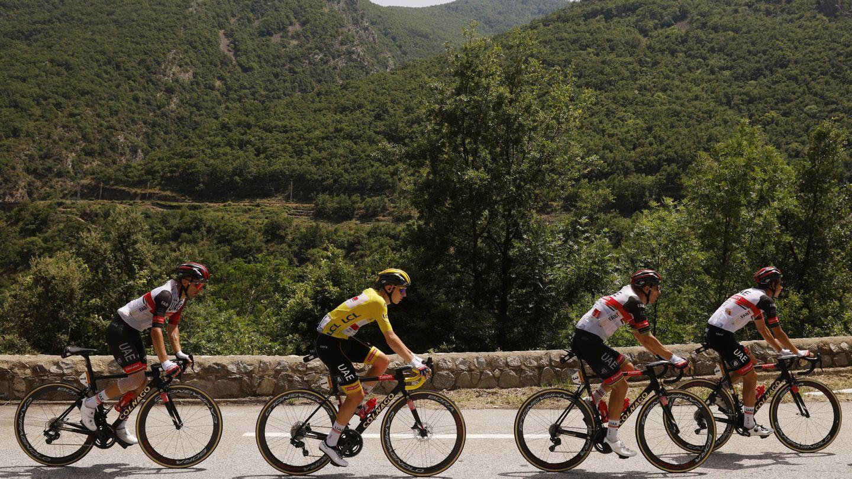 Tadej Pogacar atraviesa las montañas andorranas. (Reuters)