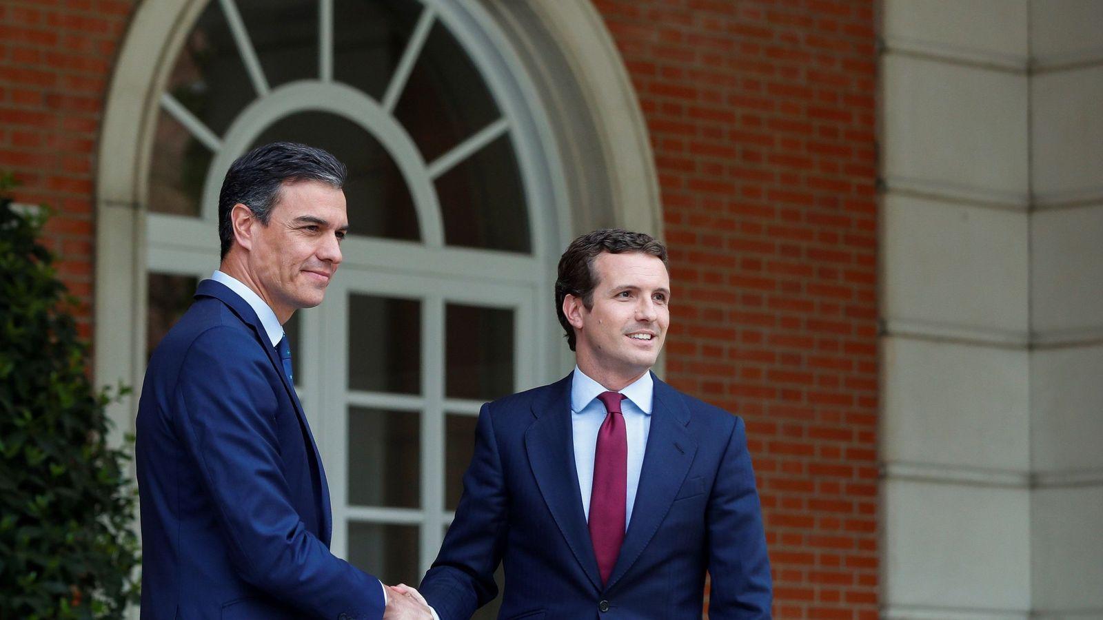 Foto: El presidente del Gobierno en funciones, Pedro Sánchez (i), recibe al líder del PP, Pablo Casado. (EFE)