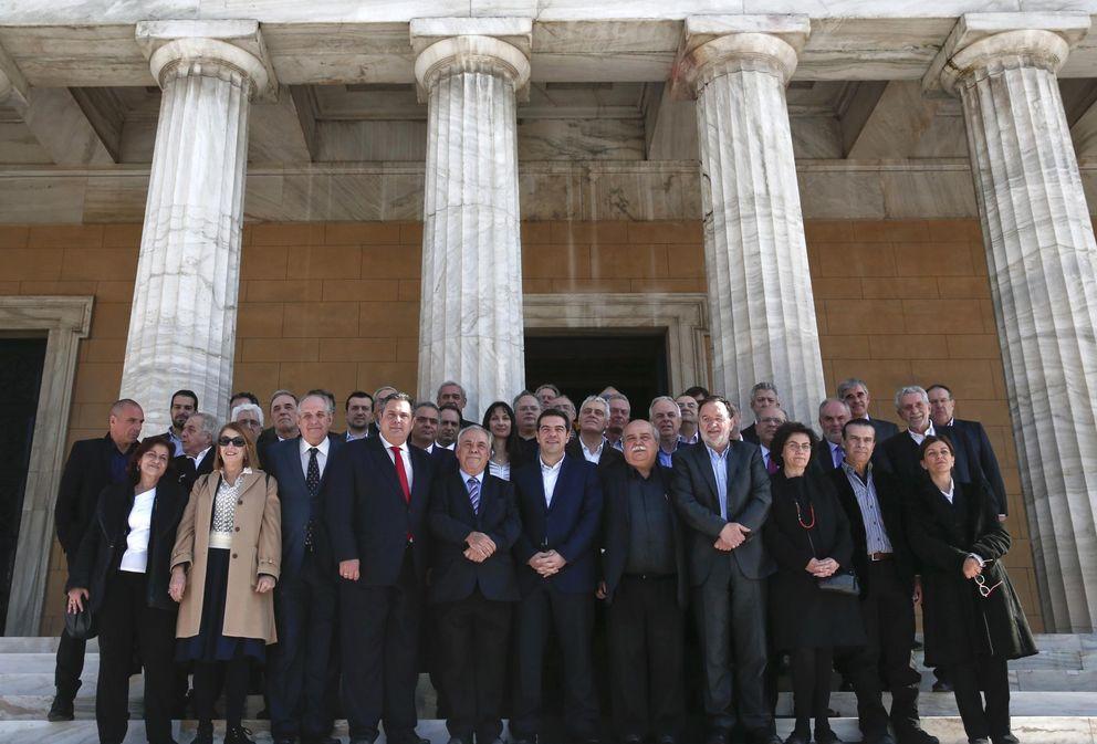 Foto: El primer ministro griego, Alexis Tsipras, rodeado de los miembros de su Gobierno tras la primera reunión del gabinete (Reuters)