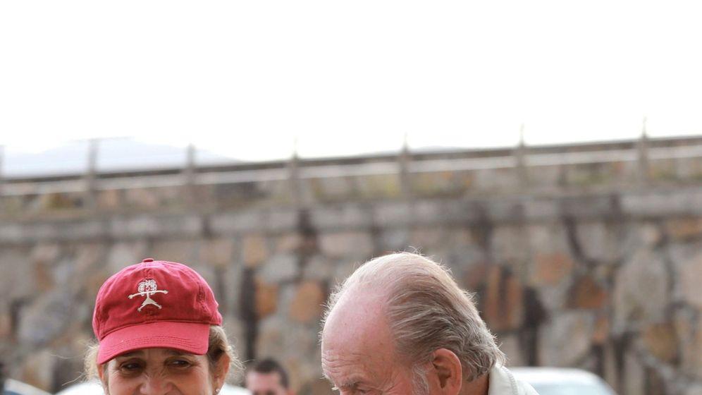 Foto: El rey Juan Carlos y la infanta Elena en Sanxenxo. (EFE)
