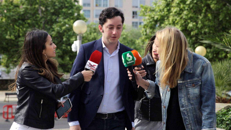 El pequeño Nicolás atiende a los medios. (EFE)