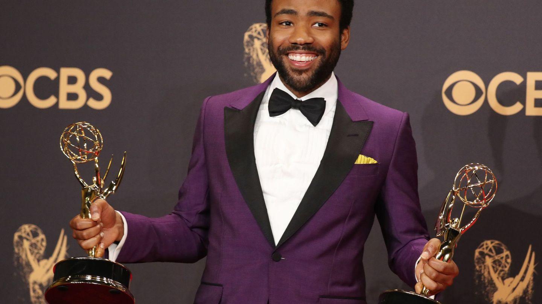 Donald Glover posa con sus Emmys en la edición de 2017. (Reuters)