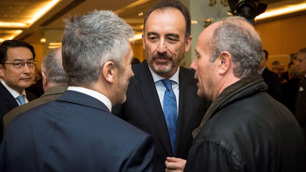 Foto: El ministro del Interior, Fernando Grande-Marlaska (i), saluda a Manuel Marchena (c). (EFE)
