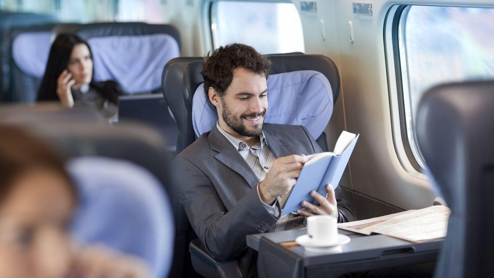 Foto: Hasta los más estresados hombres de negocios encuentran tiempo para leer. (iStock)