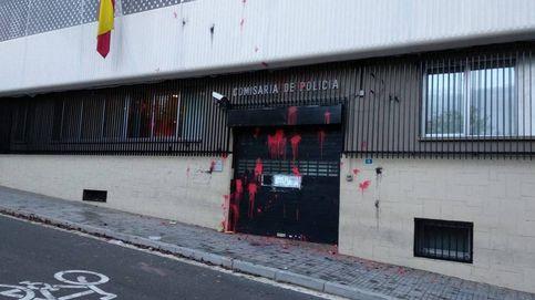 Arran ataca con pintura la comisaría de la Policía Nacional de Terrassa