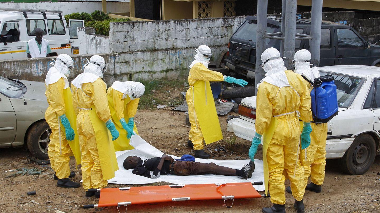 Un equipo de sanitarios traslada a un fallecido por ébola en Monrovia (Liberia), en septiembre de 2014. (EFE)