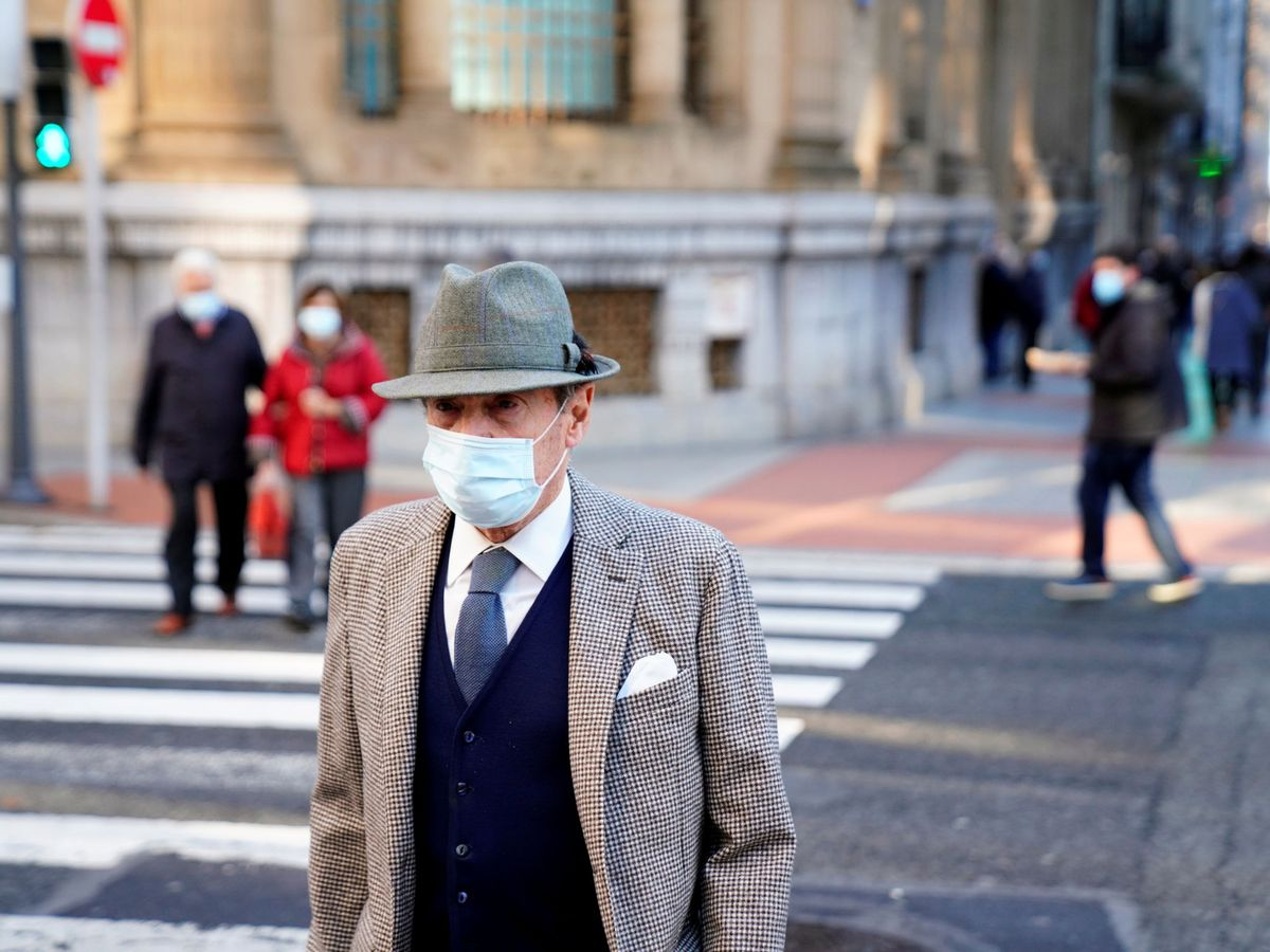 Foto: Un hombre camina por Bilbao este mismo jueves. (Reuters/Vincent West).