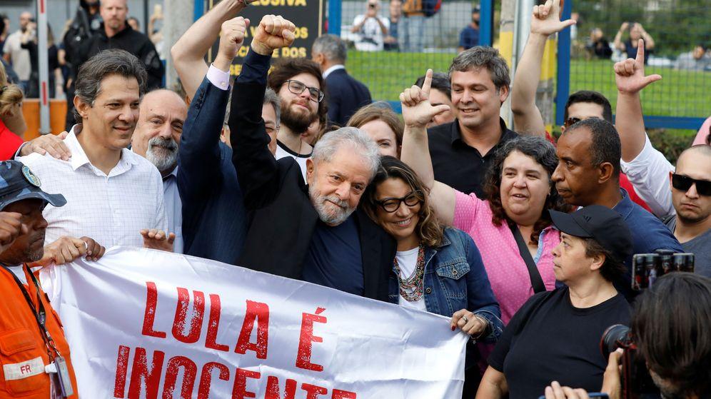Foto: El expresidente de Brasil, Luiz Inácio Lula da Silva, se fotografía con sus seguidores a la salida de prisión. (Reuters)