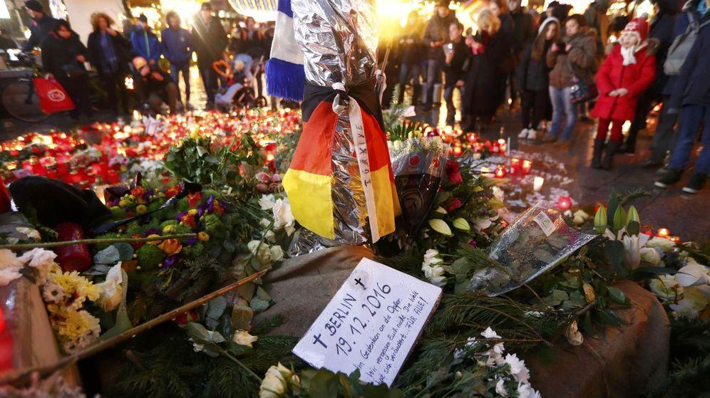 Foto: Flores y velas para recordar a los fallecidos en el atentado de Berlín. (Reuters)