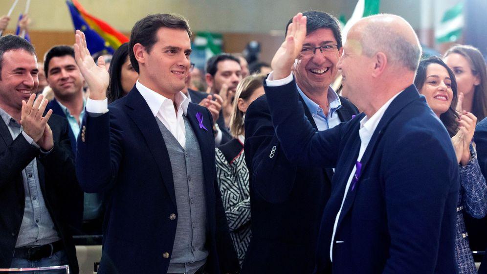 Foto: Javier Imbroda palmea la mano de Albert Rivera, en un mitin organizado en Málaga el pasado 25 de noviembre. (EFE)