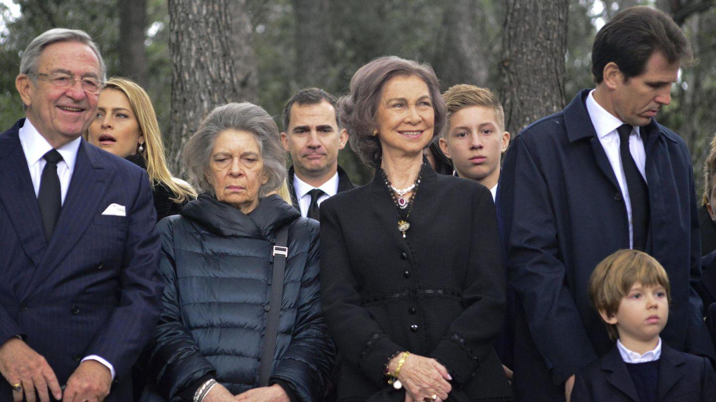 La reina Sofía, junto a sus hermanos Irene y Constantino. (EFE)