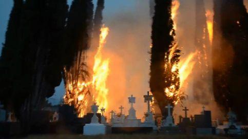 Un rayo provoca un espectacular incendio en el cementerio de Cacabelos