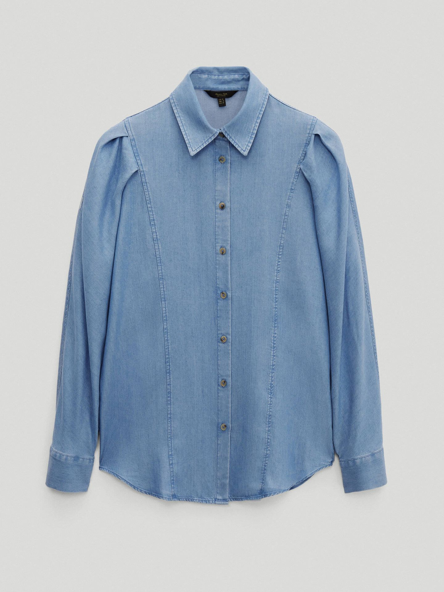 Camisa denim de Massimo Dutti. (Cortesía)