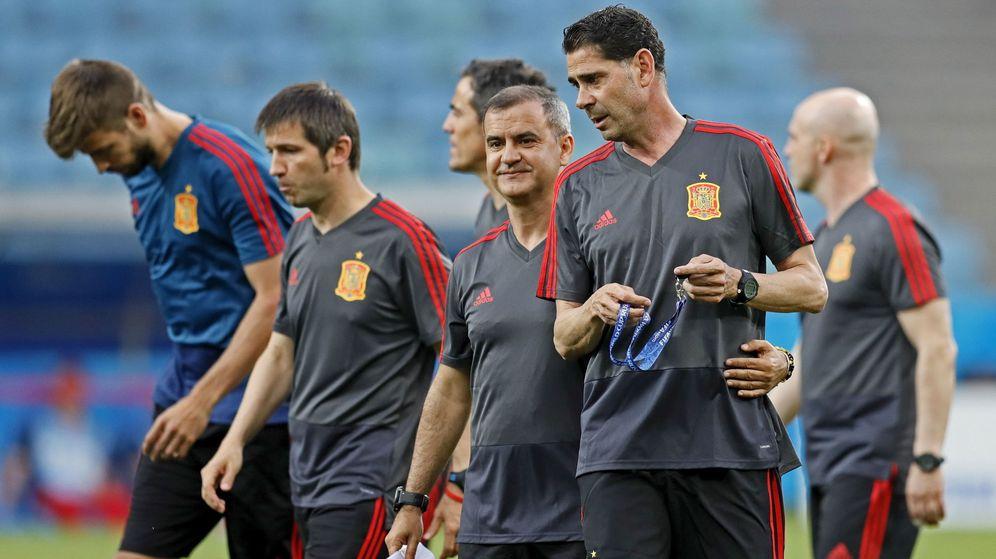 Foto: Fernando Hierro (d) junto a Celades (i) y Juan Carlos Martínez en el entrenamiento de este jueves en Sochi. (EFE)