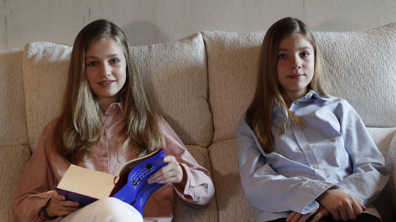 Leonor y Sofía, durante la lectura del 'Quijote'. (Limited Pictures)